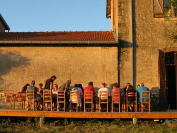 creatieve-vakantie-frankrijk-aan-tafel-op-het-zijterras