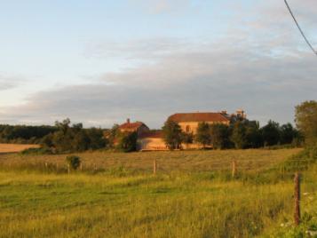 creatieve-vakantie-frankrijk-chateau-de-gressoux-vanaf-het-veld