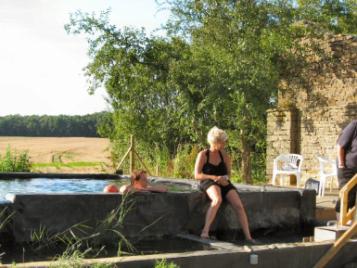 creatieve-vakantie-frankrijk-claudia-poseert-bij-ecologisch-zwembad-4