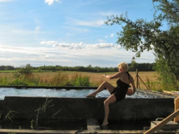 creatieve-vakantie-frankrijk-claudia-poseert-bij-ecologisch-zwembad-5