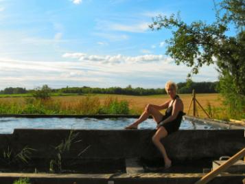 creatieve-vakantie-frankrijk-claudia-poseert-bij-ecologisch-zwembad