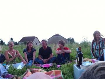 creatieve-vakantie-frankrijk-buitenkunst-16-corien-en-wendy-eind-picknick-2