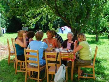 creatieve-vakantie-frankrijk-lunchen-in-de-boomgaard-2