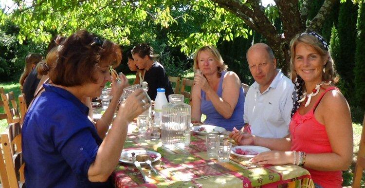 creatieve vakantie frankrijk gezellig eten onder de bomen