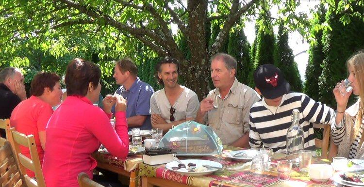 creatieve vakantie frankrijk lunchen onder de bomen