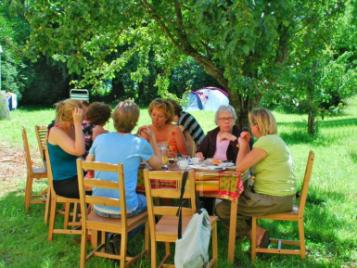 creatieve-vakantie-frankrijk-dineren-in-de-boomgaard-2