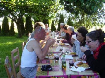creatieve-vakantie-frankrijk-dineren-in-de-boomgaard